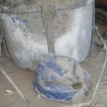 - capacete danificado por tambor com cimento 100kg